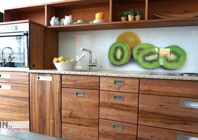 Küche mit Steinplatte | Birnbaumholz | Schreinerarbeit
