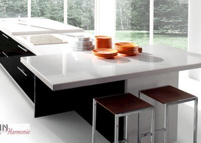 Designküche dunkle Optik | weisse Dekorplatte
