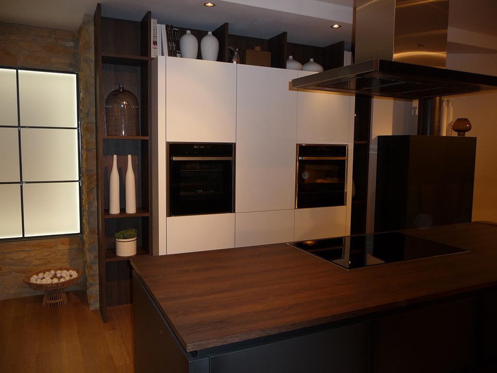 wohnharmonie i k che wei mit nussbaum wohnharmonie brenner k chen m bel schreinerei. Black Bedroom Furniture Sets. Home Design Ideas