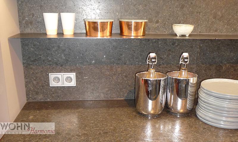 Wohnharmonie I Küche mit dünnen Metallablaren